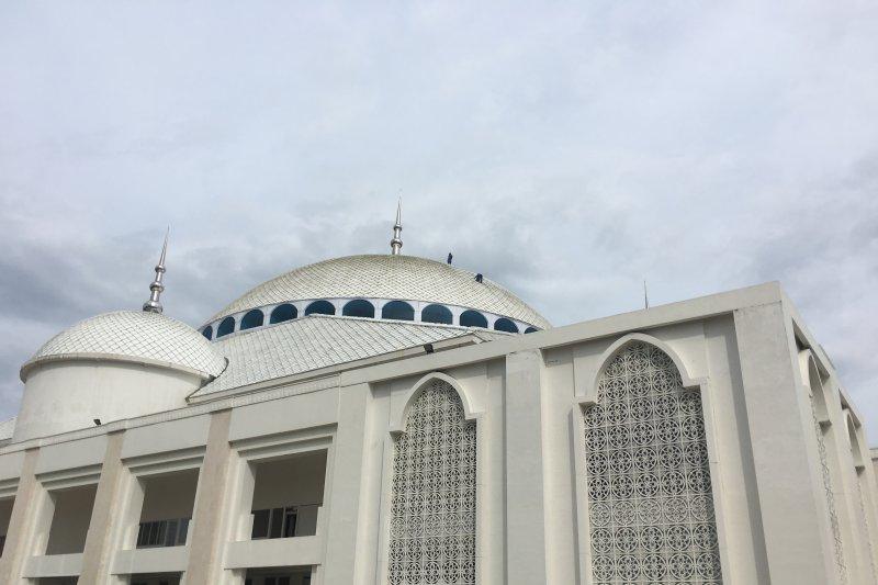 Membersih kubah Masjid Sulthan Mahmud Riayat Syah