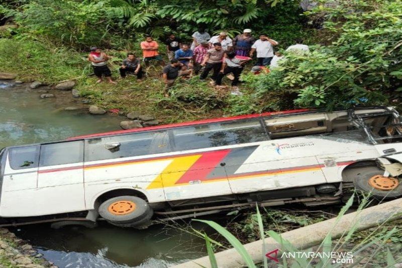 Dua tewas akibat bus masuk sungai di Mandailing