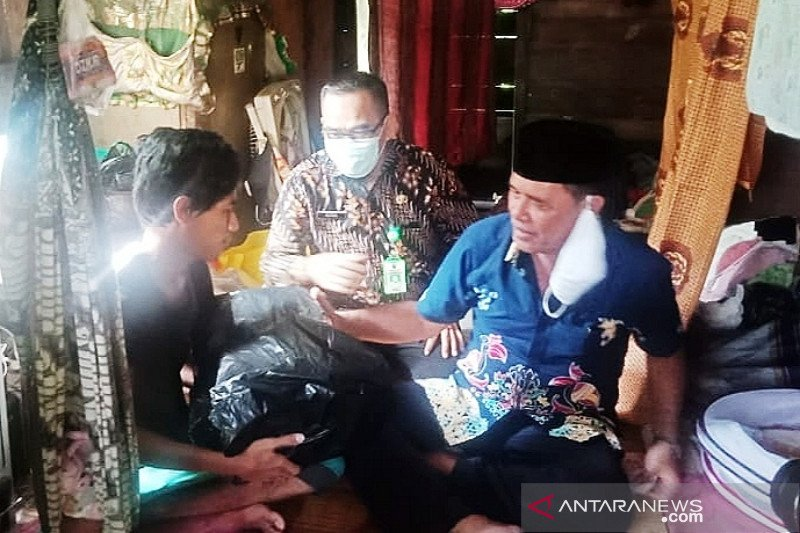 Wakil Ketua DPRD Barsel bantu biaya persalinan warga kurang mampu