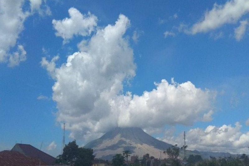 Gunung Sinabung luncurkan awan panas sejauh satu kilometer