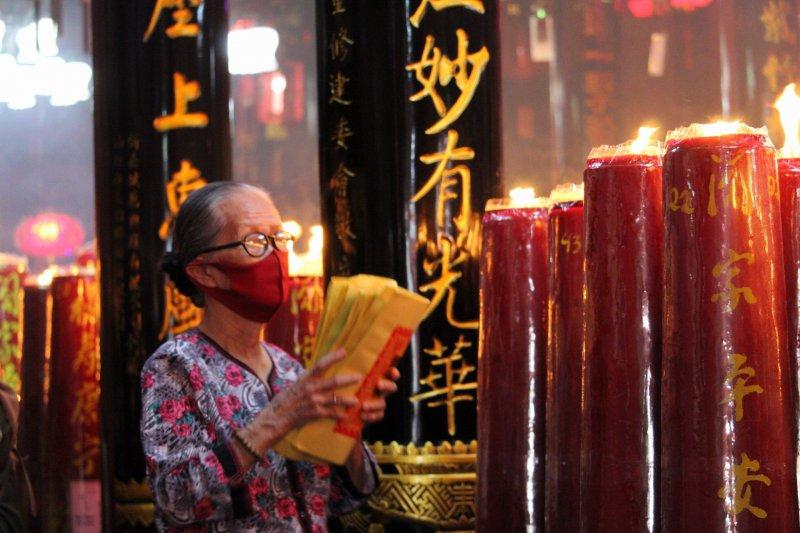 Salah seorang jemaat tengah melakukan doa secara bergantian