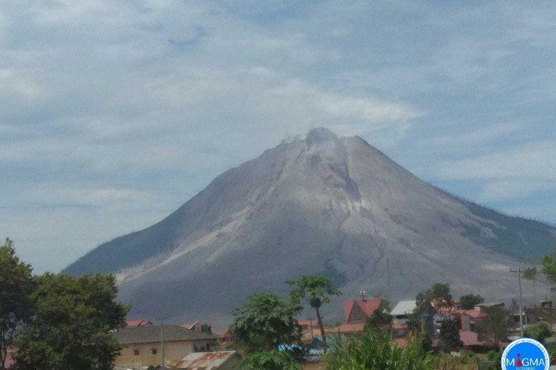 Gunung Sinabung erupsi luncurkan awan panas guguran  sejauh dua km