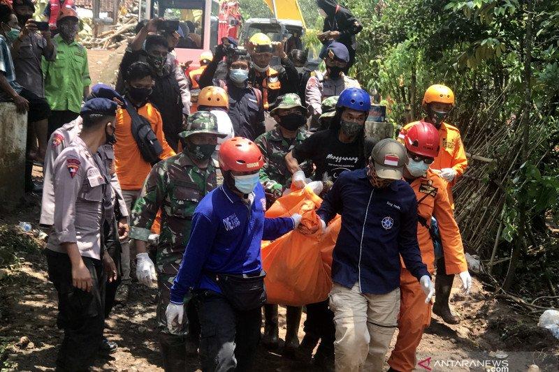 Tiga warga tertimbun   longsor  di Nganjuk