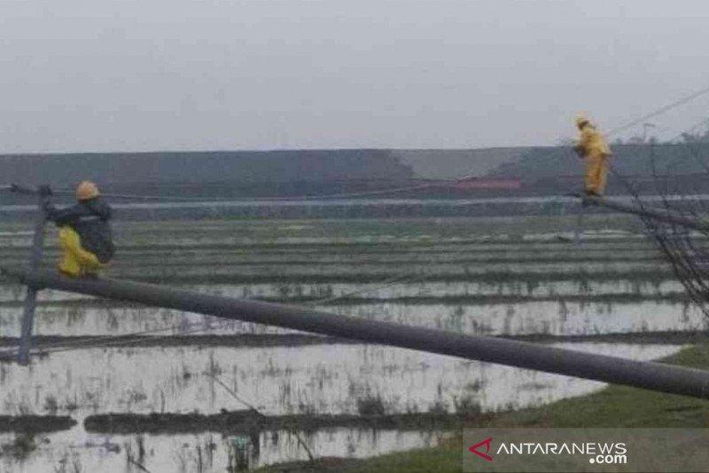 PLN perbaiki 12 tiang listrik roboh di Kabupaten Bekasi