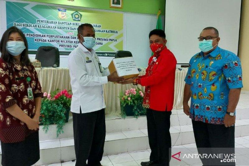 Disdik Papua serahkan bantuan buku ke Kanwil Kementerian Agama