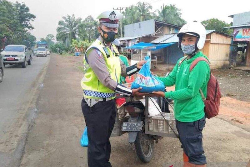 Pengendara yang tertib lalu lintas di Dharmasraya terima penghargaan dari polisi