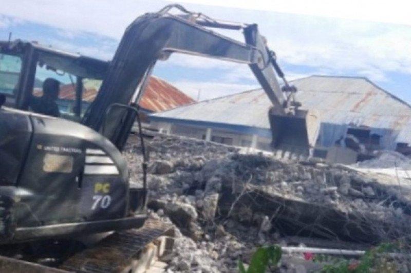 TNI masih bantu robohkan rumah korban gempa Sulbar di Mamuju