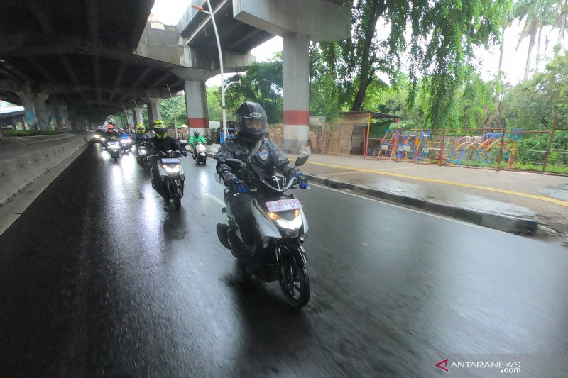 Tips berkendara menerjang hujan