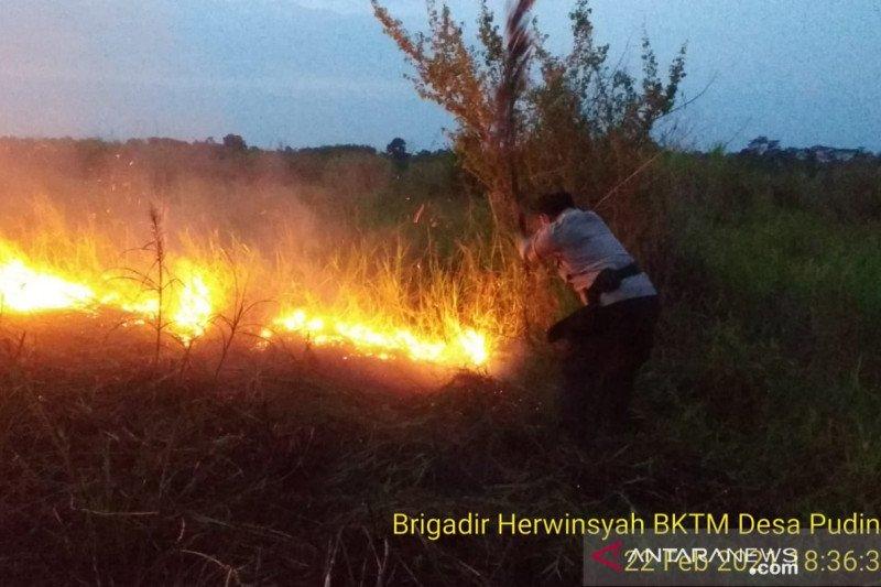 Polisi bersama warga  padamkan kebakaran lahan di Kumpeh Muarojambi