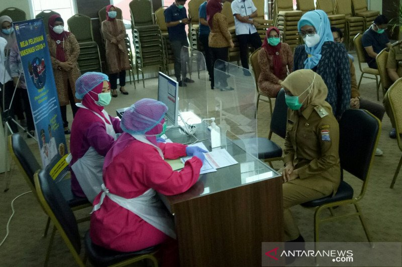 Wakil Wali Kota Palembang disuntik  vaksin COVID-19