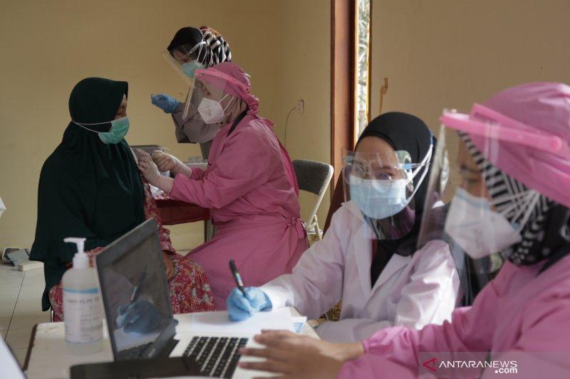 Pemkot Cimahi mulai vaksinasi sejumlah pedagang di pasar