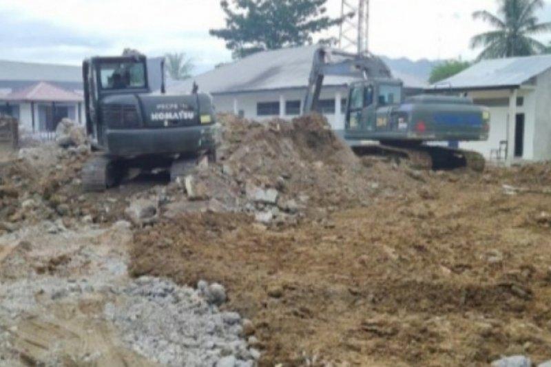 TNI bersihkan bangunan sekolah rusak akibat gempa di  Mamuju