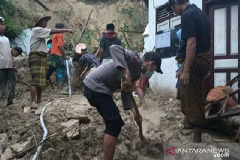 Tebing setinggi 7 meter longsor timpa asrama putri pondok pesantren, lima santri meninggal