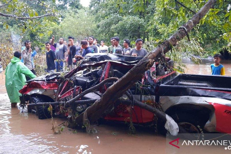 Polsek Moyo Hulu bersama warga lakukan pencarian korban terseret banjir di Sungai Batu Tering