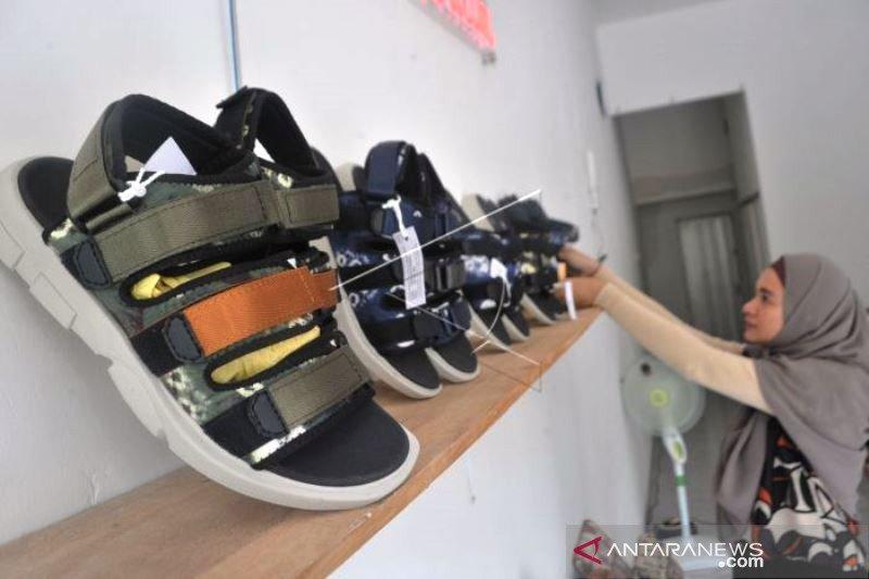 Penjualan Sepatu Berbahan Kain Jumputan Khas Palembang