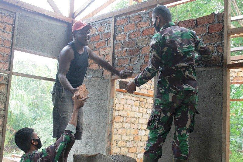 Satgas TNI bantu bangun rumah warga Papua di perbatasan RI-PNG