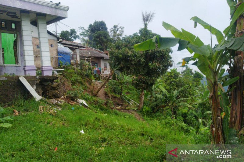 Pemkab Cianjur relokasi 16 kepala keluarga terdampak pergerakan tanah