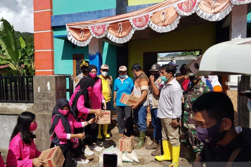 Peduli Banjir Hu'u, Kapolres Dompu ditemani Bhayangkari serahkan bantuan untuk korban