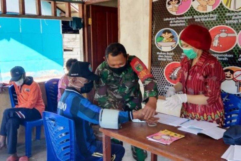 Babinsa bantu pendampingan layanan Posyandu lansia warga di perbatasan