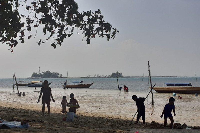 Warga Batam mulai berani ke pantai karena kasus COVID-19 menurun