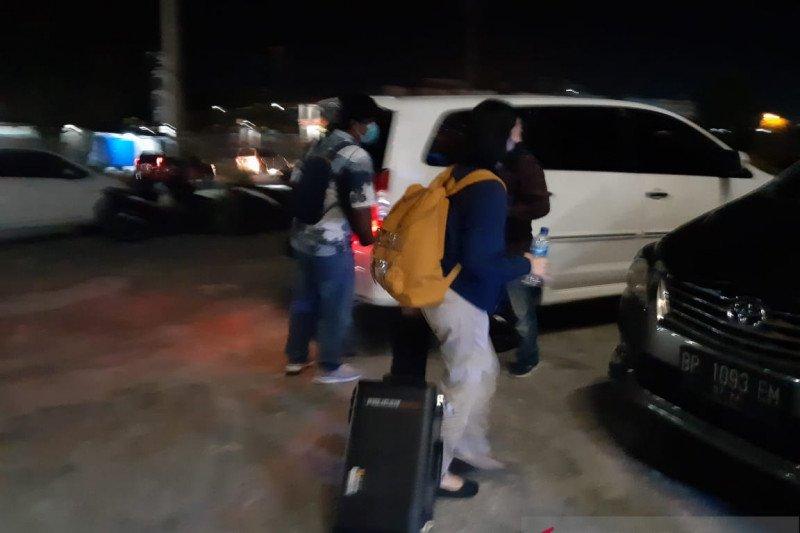 Tiga kardus  dokumen dibawa Penyidik KPK  dari Kantor BP FTZ Bintan
