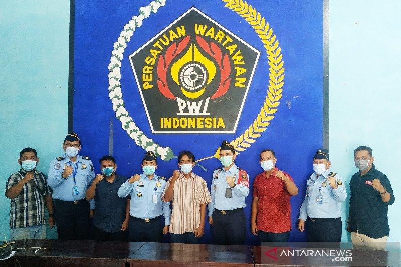 Kantor Imigrasi Sampit serahkan penanganan dua WNA di Kobar ke polisi