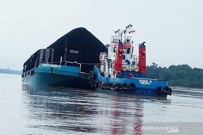 Tongkang  batu bara  kandas akibat  Sungai Barito surut