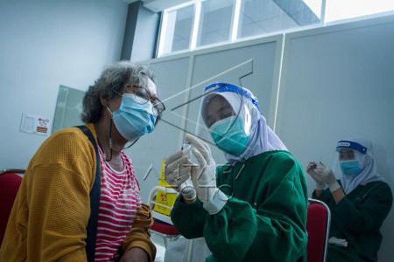 Vaksinasi COVID-19 untuk warga lansia di Solo