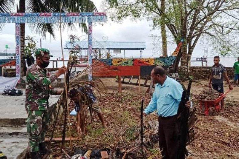 Babinsa Koramil Supiori Utara bersihkan sampah di kampung Yenggarbun