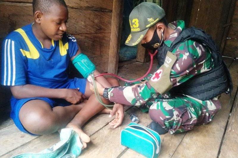 Satgas Yonif MR 413 beri pengobatan kesehatan warga Papua di perbatasan