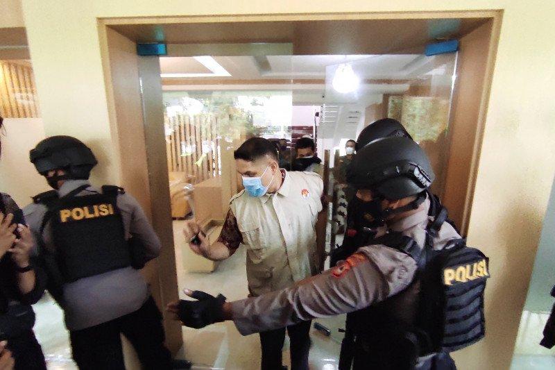 Penyidik KPK membawa tiga koper dari Kantor PUPR Sulawesi Selatan