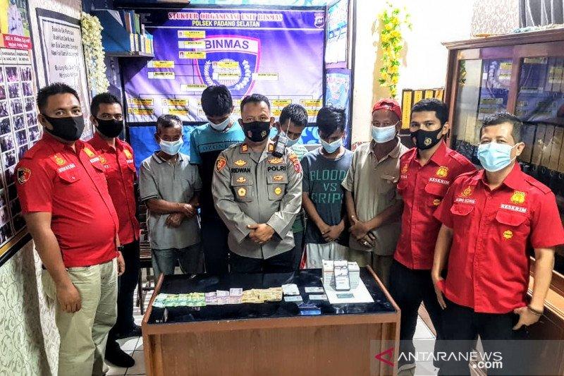 Asyik main judi online di pos pemuda Pemancungan, lima pelaku diciduk polisi