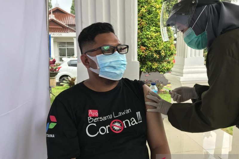 Seratusan pewarta dari berbagai media di Cianjur ikuti vaksinasi tahap pertama