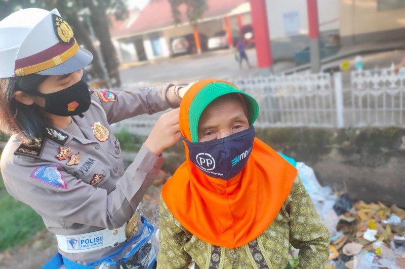 Sukseskan Kampung Sehat 2, Polwan cantik Polda NTB ini bagi masker untuk masyarakat