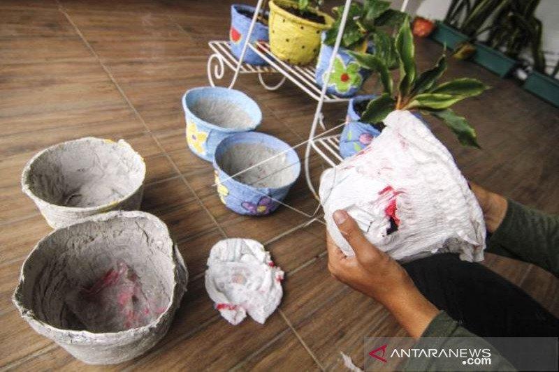 Kerajinan Pot Bunga Dari Limbah Popok