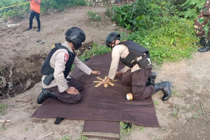 Tim Jibom Subden 3 Gegana Satuan Brimob Sumbawa evakuasi granat di Bawah jembatan Sungai Brang Bara