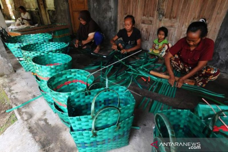 Kerajinan Anyaman Dari Limbah Janur Plastik