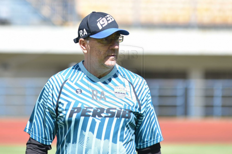 Robert Alberts jelaskan alasan Kuipers & Luiz belum gabung latihan