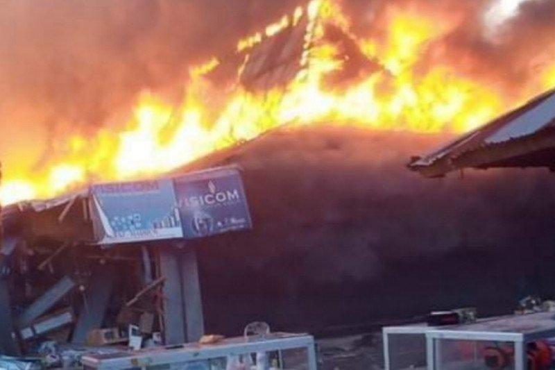 Ratusan lapak bangunan pasar Lembor di Manggarai Barat hangus terbakar