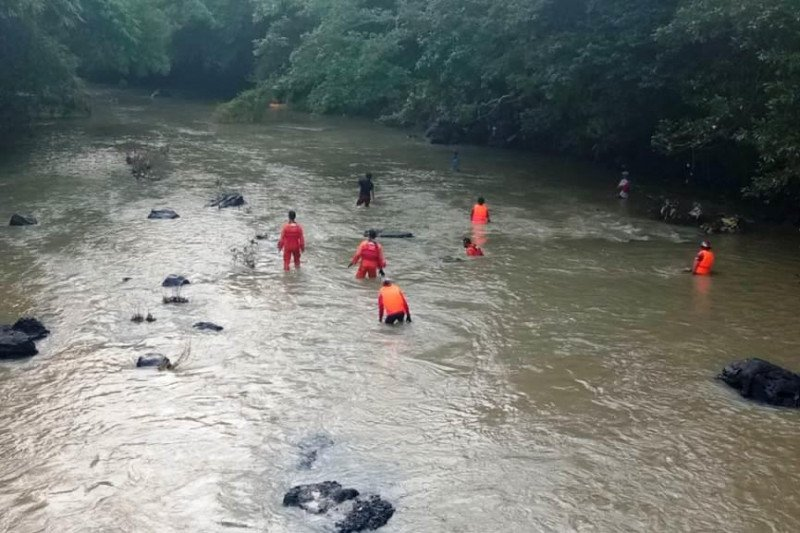 Tiga bocah perempuan terseret air bah di Sungai Benjor Lombok  Tengah, satu meninggal dan satu hilang