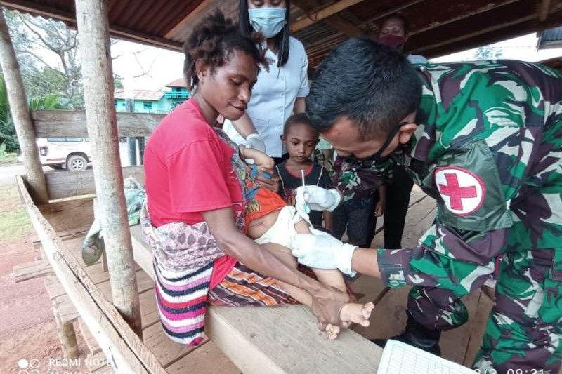 Satgas TNI membantu imunisasi balita di Puskesmas, perbatasan Papua