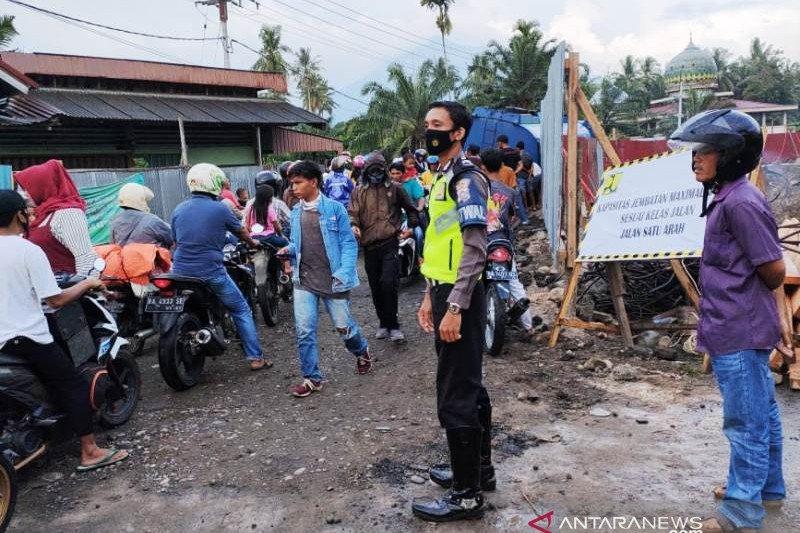 Sempat terhenti karena truk CPO terperosok, lalu lintas Padang-Simpang Empat buka-tutup