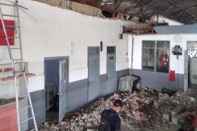 Tembok ruang tunggu di Stasiun Pekalongan  runtuh