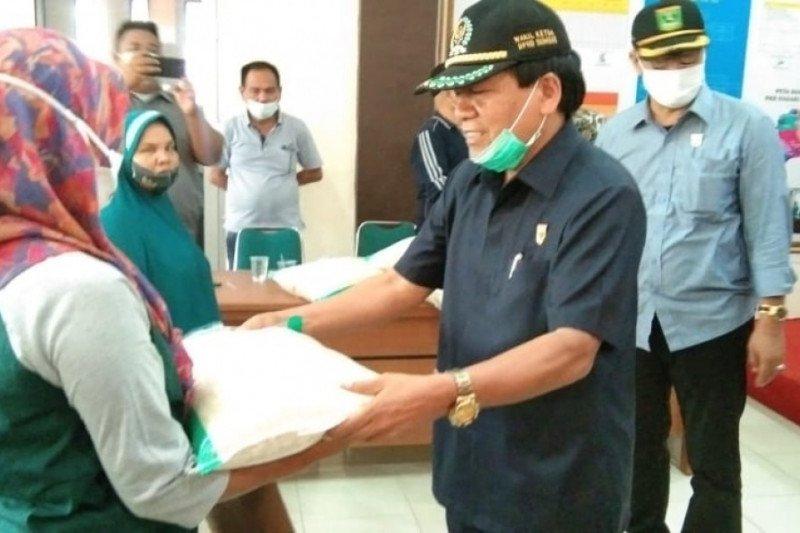 Suirpen Suib serahkan bantuan beras untuk korban banjir di Solok