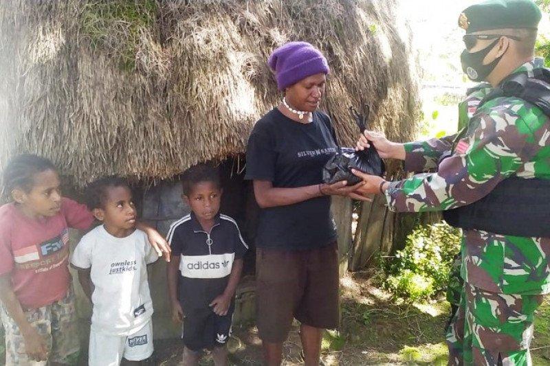 Satgas TNI berbagi sembako kepada warga Bolakme Jayawijaya Papua