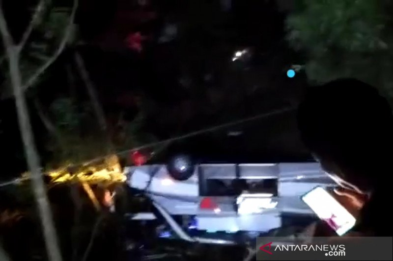 Kecelakaan bus pariwisata masuk jurung di Sumedang, diduga banyak korban