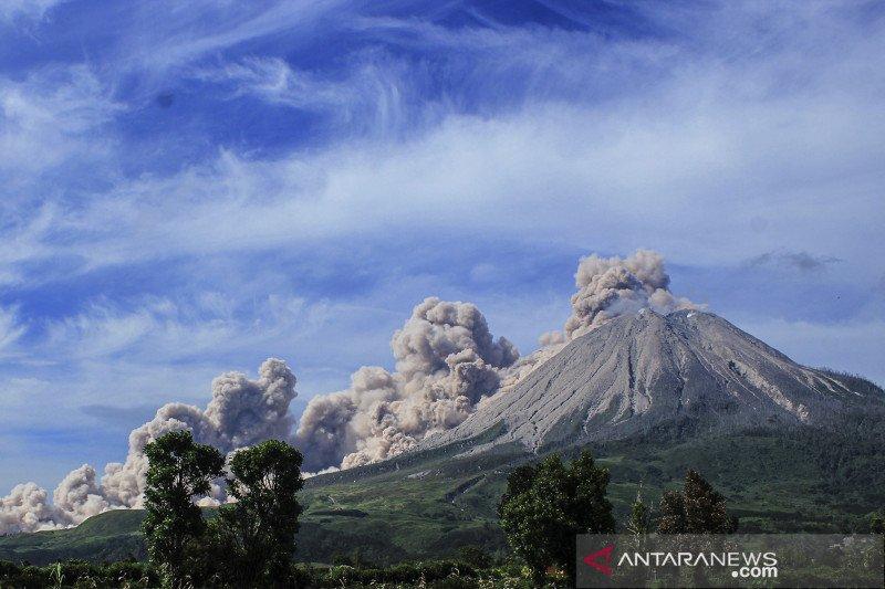 Gunung Sinabung luncurkan awan panas mencapai 1.000 meter