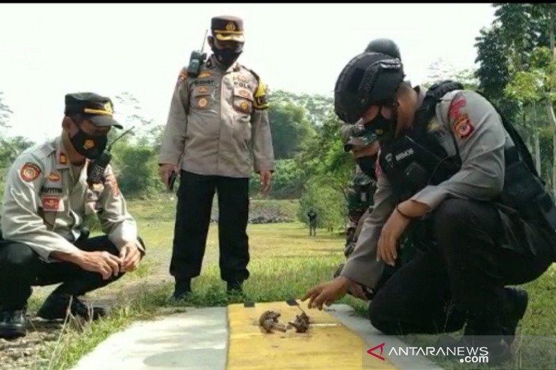 Gegana Polda jabar musnahkan granat temuan warga di Tasikmalaya