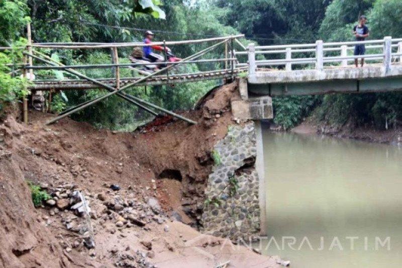 Jembatan di Simpati Pasaman yang putus karena banjir telah diperbaikin darurat dan sudah bisa dilalui