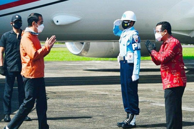 Plt Gubernur Sulsel kenakan batik lontara sambut Presiden Jokowi di Makassar